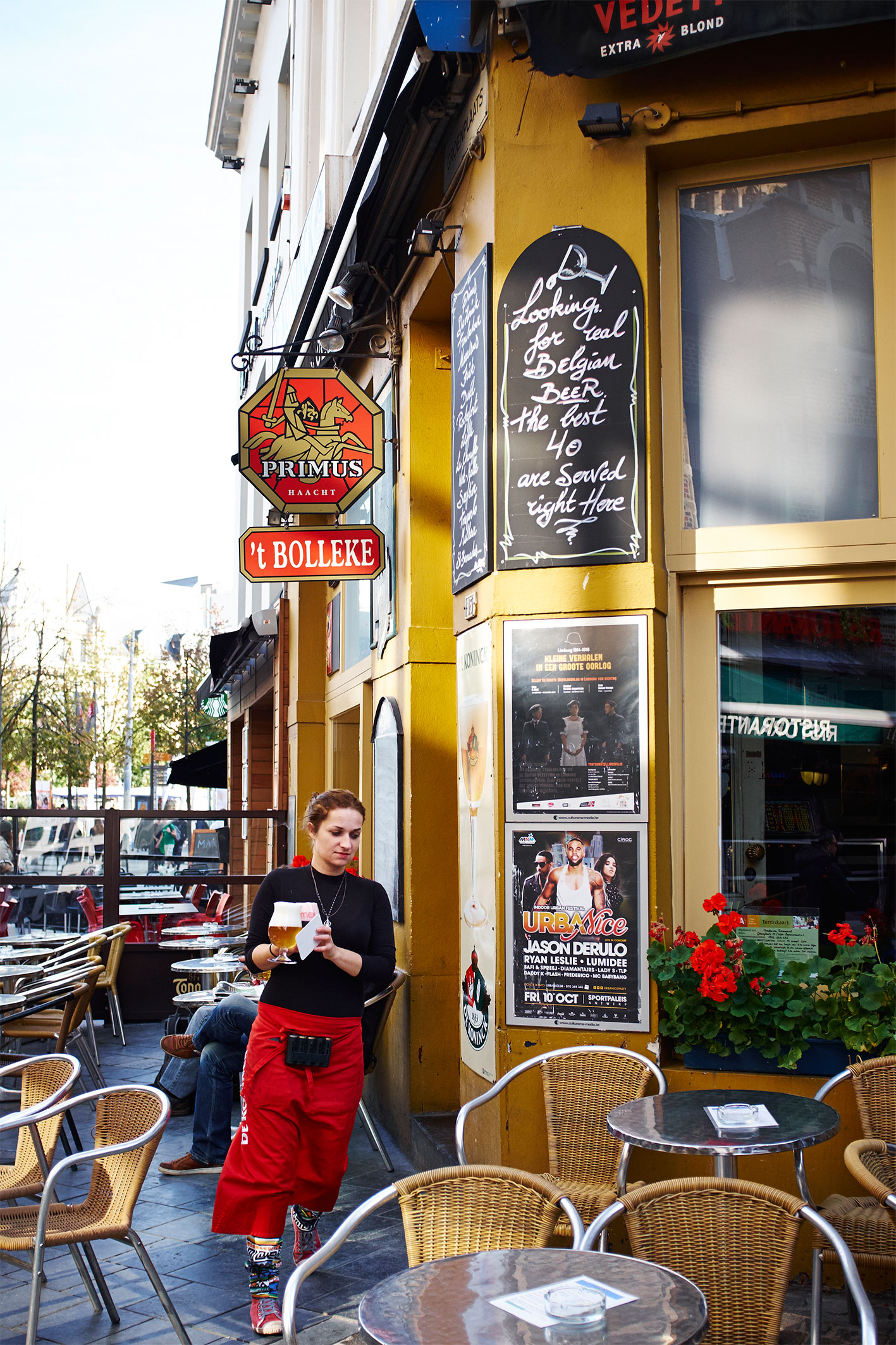 Belgium_Waitress_Bar_Beer