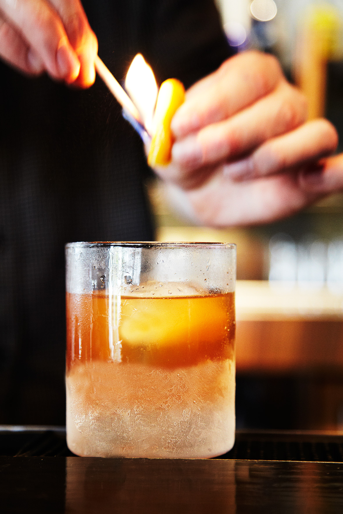 Old-Fashioned_Bar_Fire_Cocktail